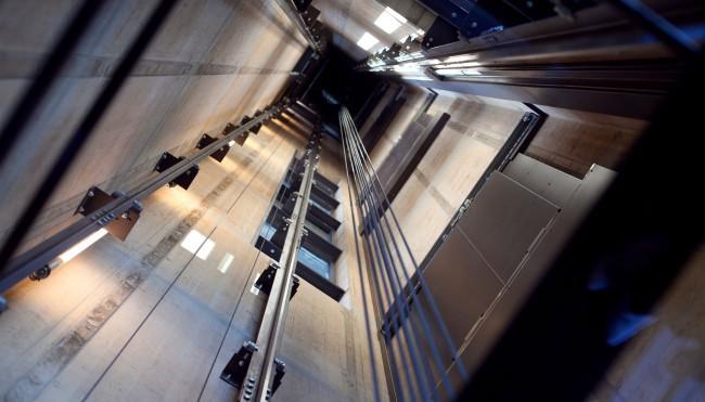 В коммерческом центре наЧервишевском тракте упал грузовой лифт, пострадал рабочий