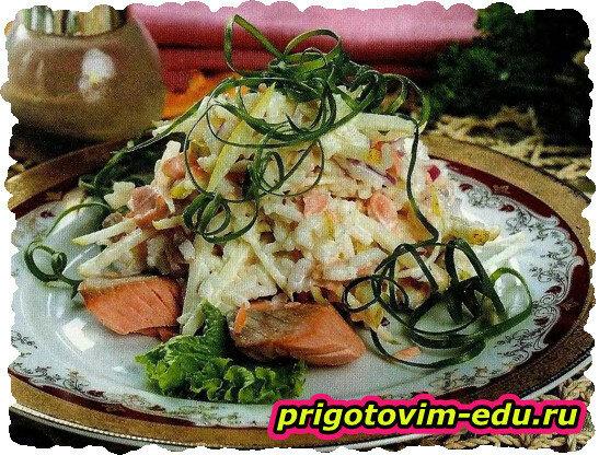 Салат с отварной рыбой, яблоком и рисом