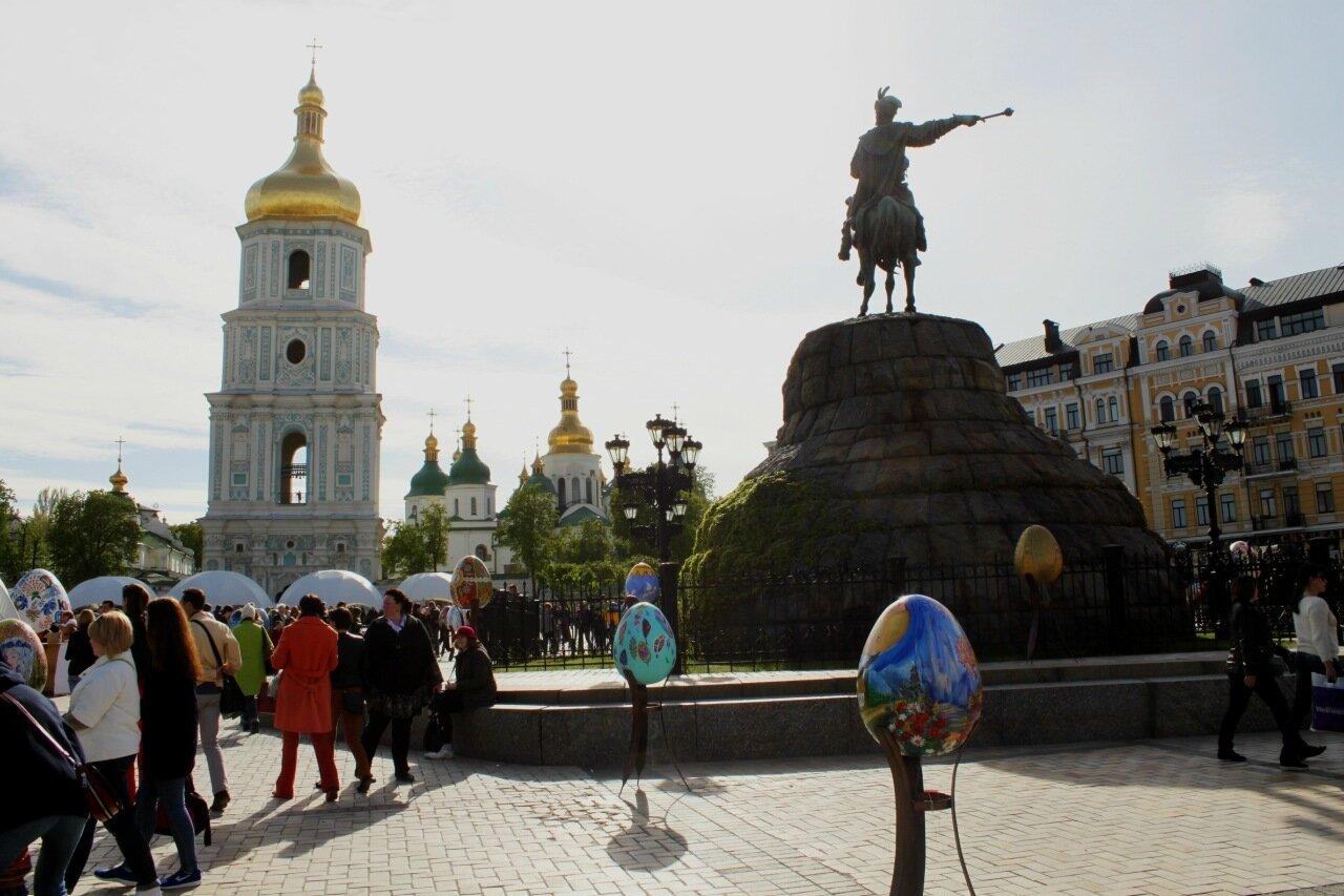 Писанки под памятником Богдану Хмельницкому