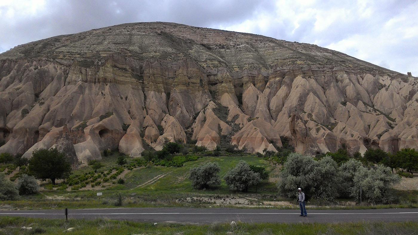 Фото 10. Гора и красные скалы рядом с музеем Zelve Açık Hava Müzesi. Отзывы туристов об экскурсиях по Каппадокии. Отчет о поездке по Турции на автомобиле. Снято на смартфон.