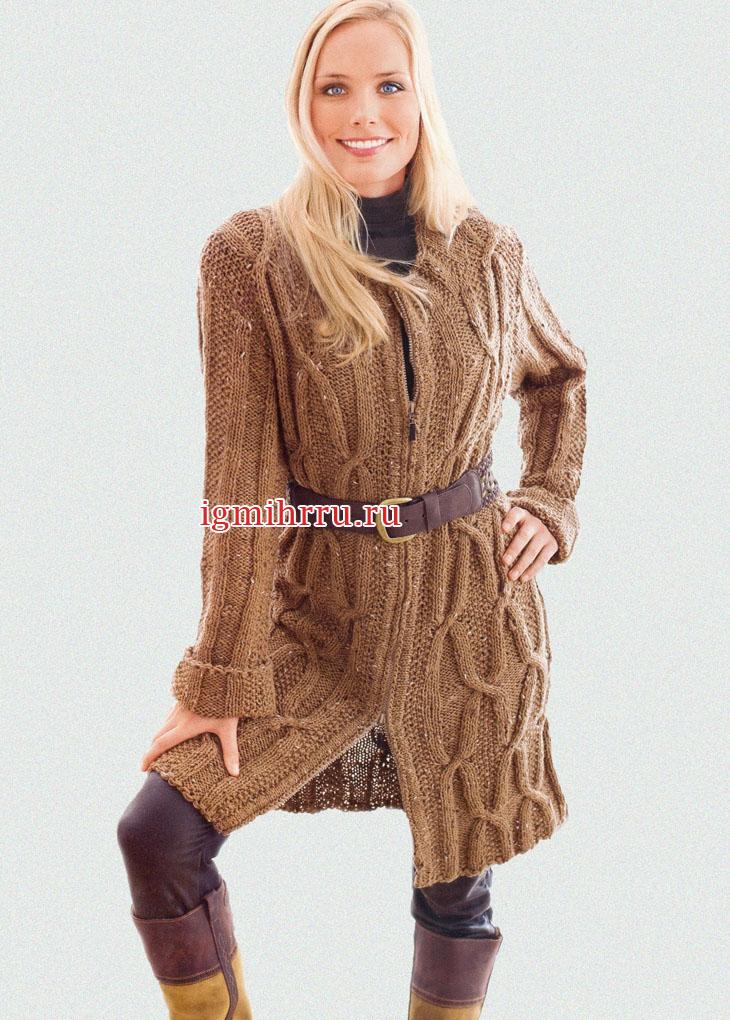 Светло-коричневое теплое пальто с узором из крупных кос. Вязание спицами