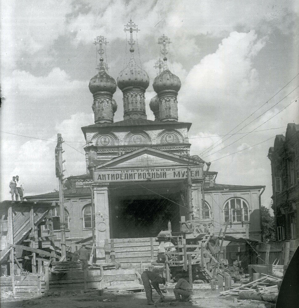 17561 Во дворе закрытого Стастного монастыря 30-е.jpg