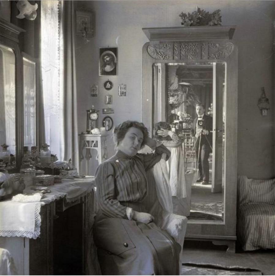 Артистка Вера Шувалова и фотограф в виде отражения в зеркале