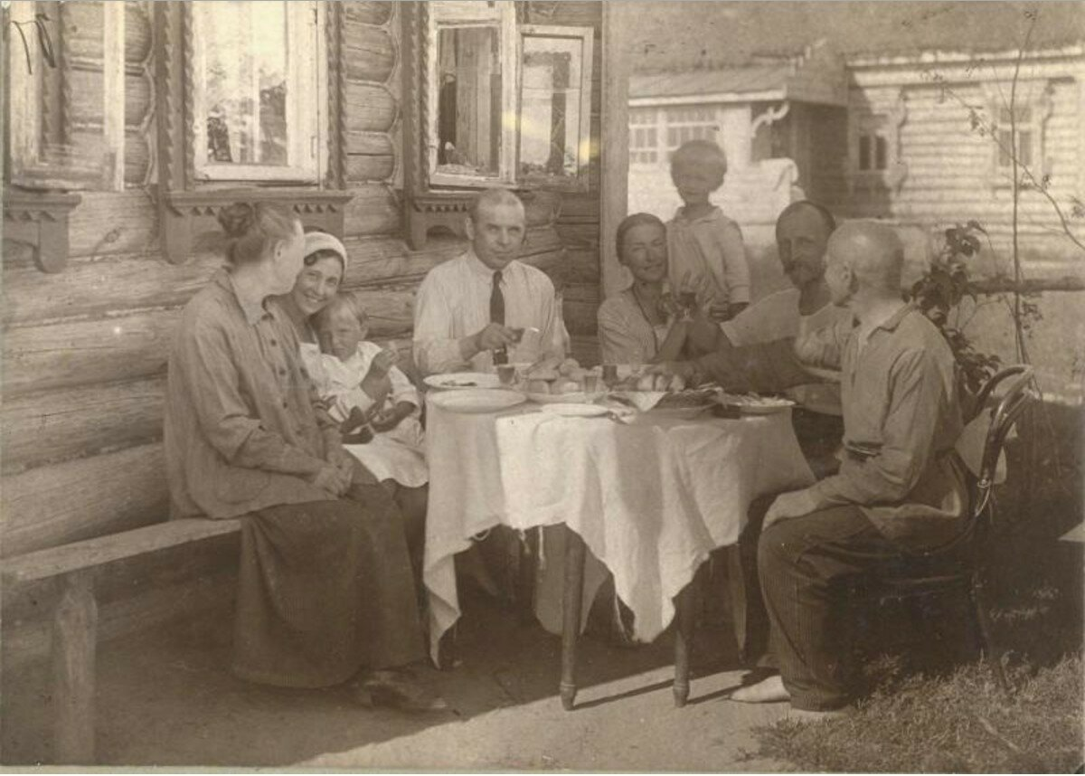 1915.  Застолье у фотографа Павла Левинского