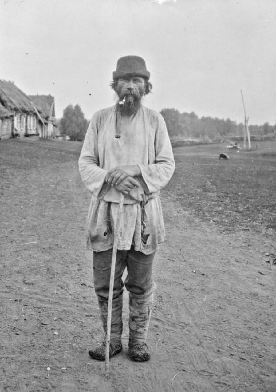 Старик Иван Дьякон на дороге