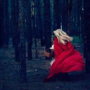 Девушка в красном плаще