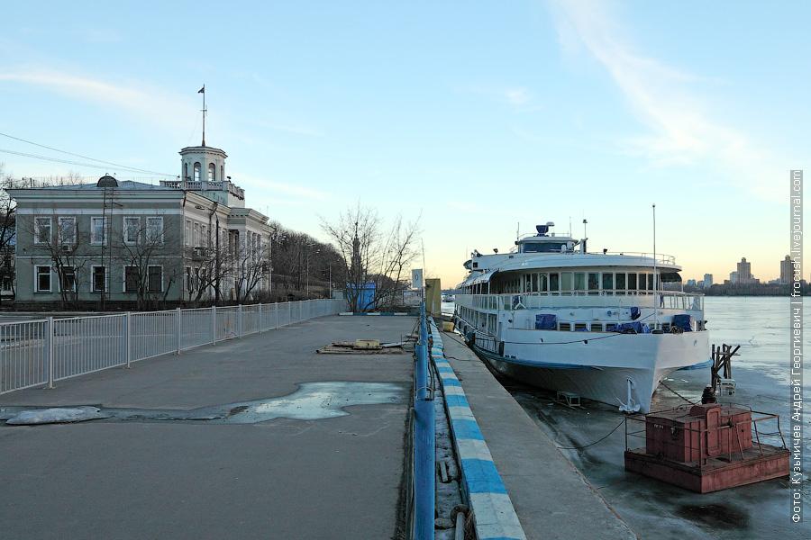 Теплоход «М.В.Ломоносов» на нулевом причале Северного речного вокзала Москвы