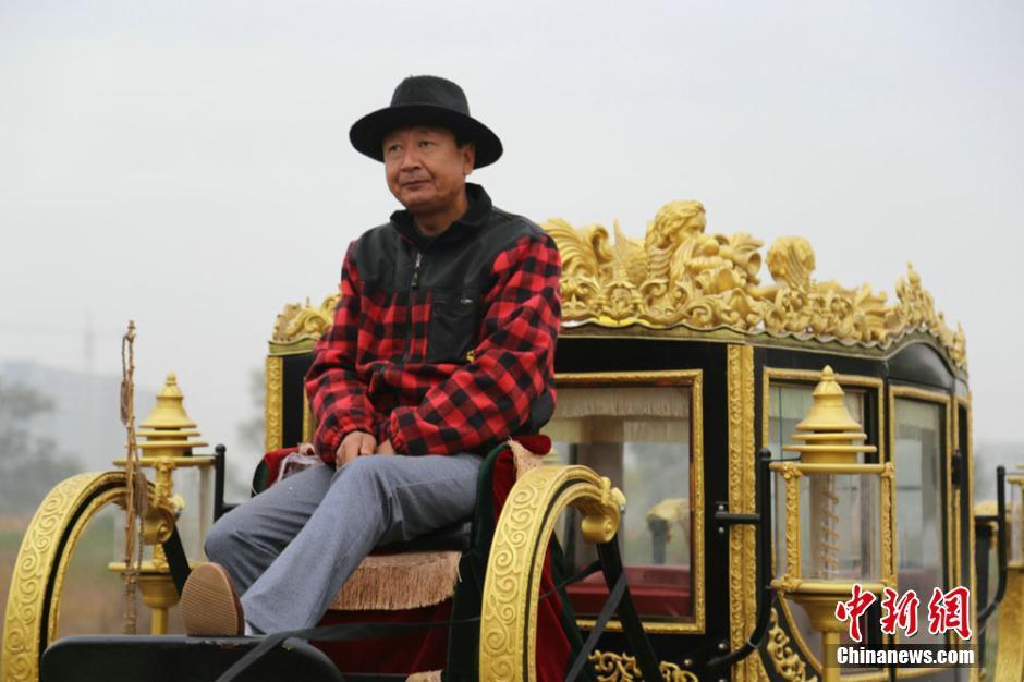 Китаец сделал копию королевской кареты Елизаветы II за 14 000 долларов