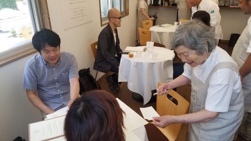 Мизухо Кудо также отметила, что официанты чрезвычайно улыбчивы и, кажется, получают искреннее удовол
