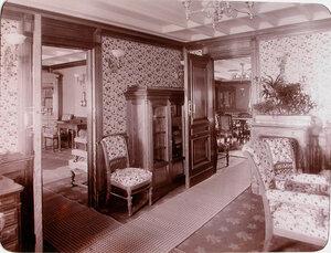 Уголок салона и двери, ведущие в [кабинет и библиотеку], размещенные на яхте Штандарт.