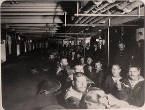 Нижние чины команды яхты Штандарт за обедом.