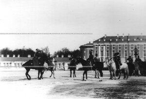 Император Николай II принимает рапорт на параде полка.