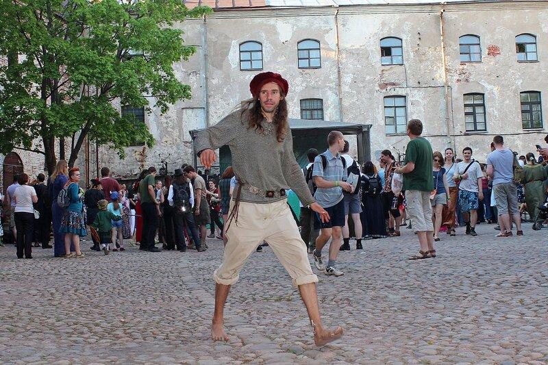 моряк (?) в красном берете и с голыми ногами - участник фестиваля «Майское дерево 2014»