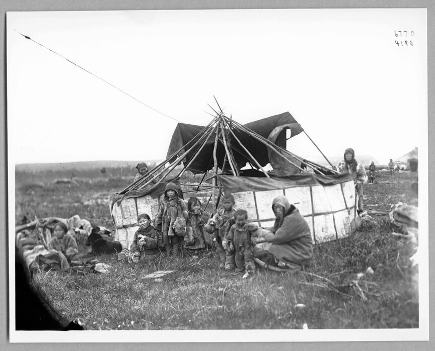 Женщины возле чума, дети на переднем плане, 1900