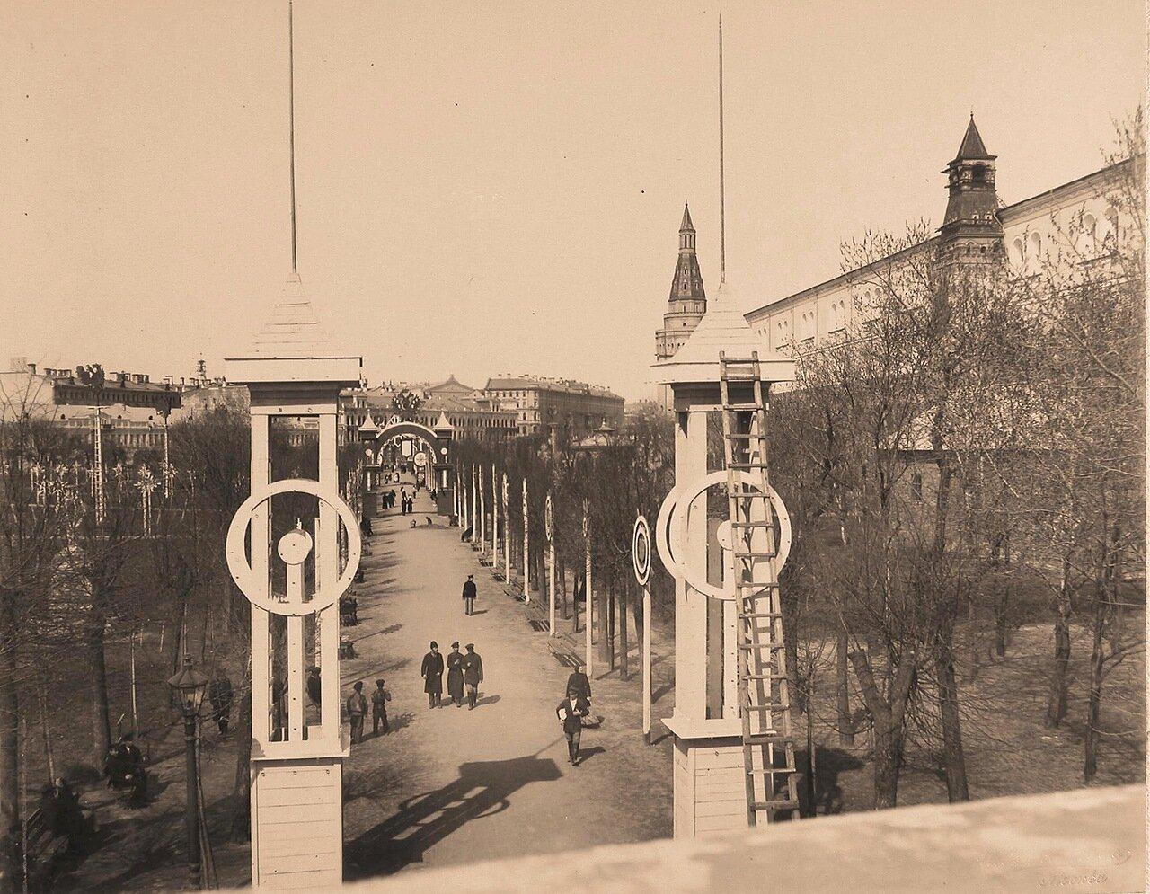 Вид установленных в Александровском саду к торжествам коронации колонн и арок; справа - Средняя Арсенальная башня и Угловая Арсенальная башня Кремля