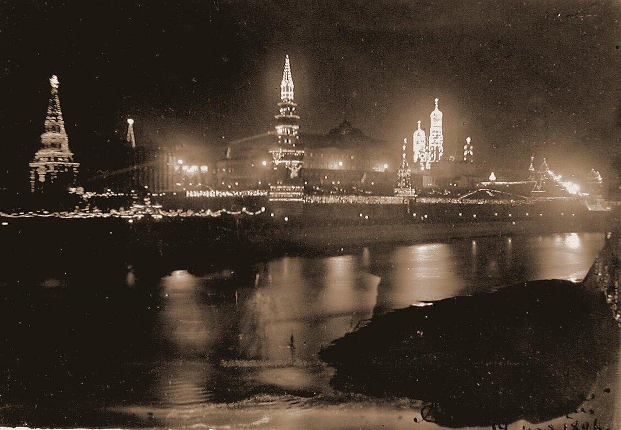 Вид на празднично иллюминированный к торжествам коронации Кремль; в центре - Водовзводная башня, слева - колокольня Ивана Великого с церковью Иоанна Лествичника