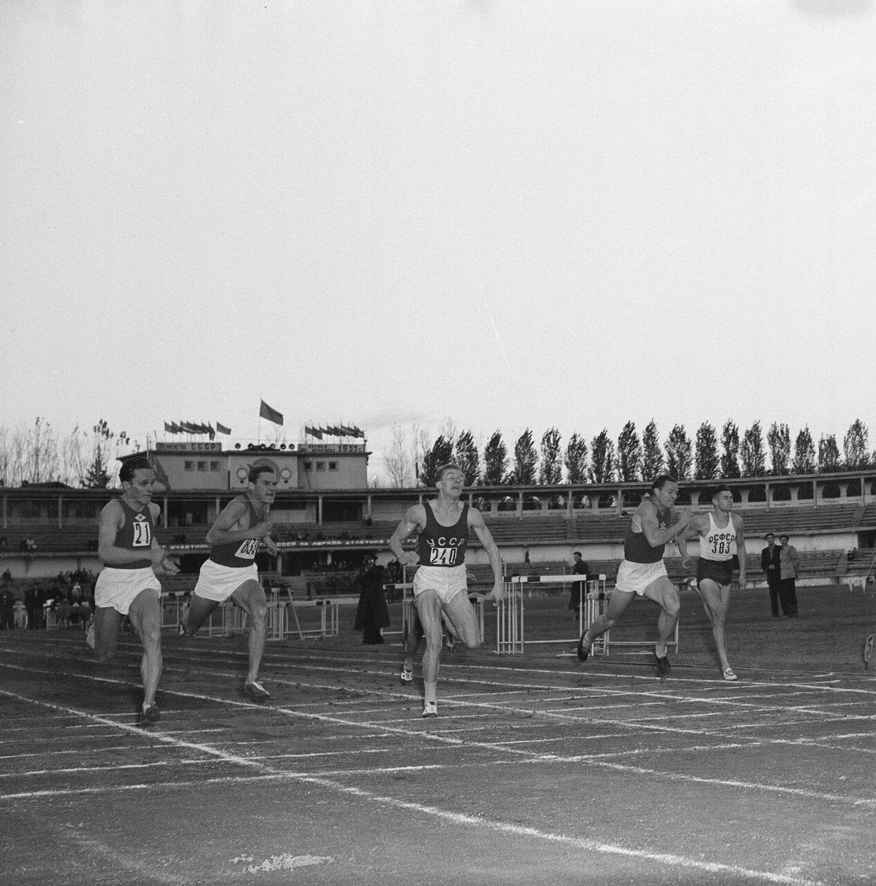 Финиш забега на 100 метров, среди прочих Токарев