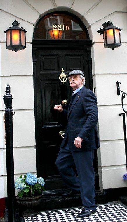 Русский Шерлок Холмс, Василий Ливанов, посещает музей Шерлок Холмса, в апреле 2006 года.