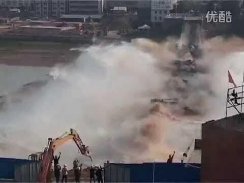 Экскаватор обрушил мост в Пекине - одним ударом