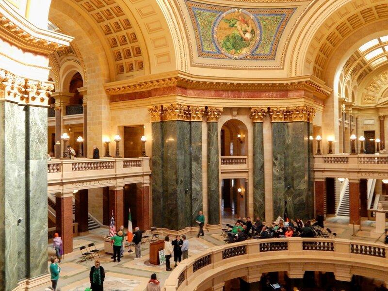 Гимн под куполом Капитолия.