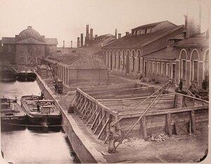 Вид зданий на территории Адмиралтейских Ижорских заводов (слева направо) стальная мастерская, цепопробная мастерская, якорный завод, меднопрокатный завод, меднолитейная мастерская, малый прокатный цех.