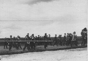 Иператор Николай II с группой генералов и военных атташе на параде полка.