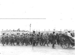Императрица Александра Федоровна в экипаже объезжает ряды 1-го стрелкового батальона .