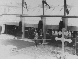 Император Николай II  на молебне по случаю закладки новых казарм  полка. За ним - командир полка генерал П.П. Скоропадский.