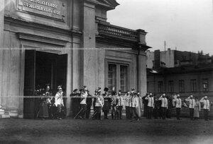 Император  Николай II  с группой генералов и офицеров выходит из полкового манежа.
