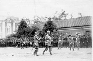 Подразделения полка и батальона на площади у Петергофского дворца перед началом парада.