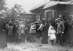 Охрана и жители города у дома, где жил М.Я.Герценштейн.