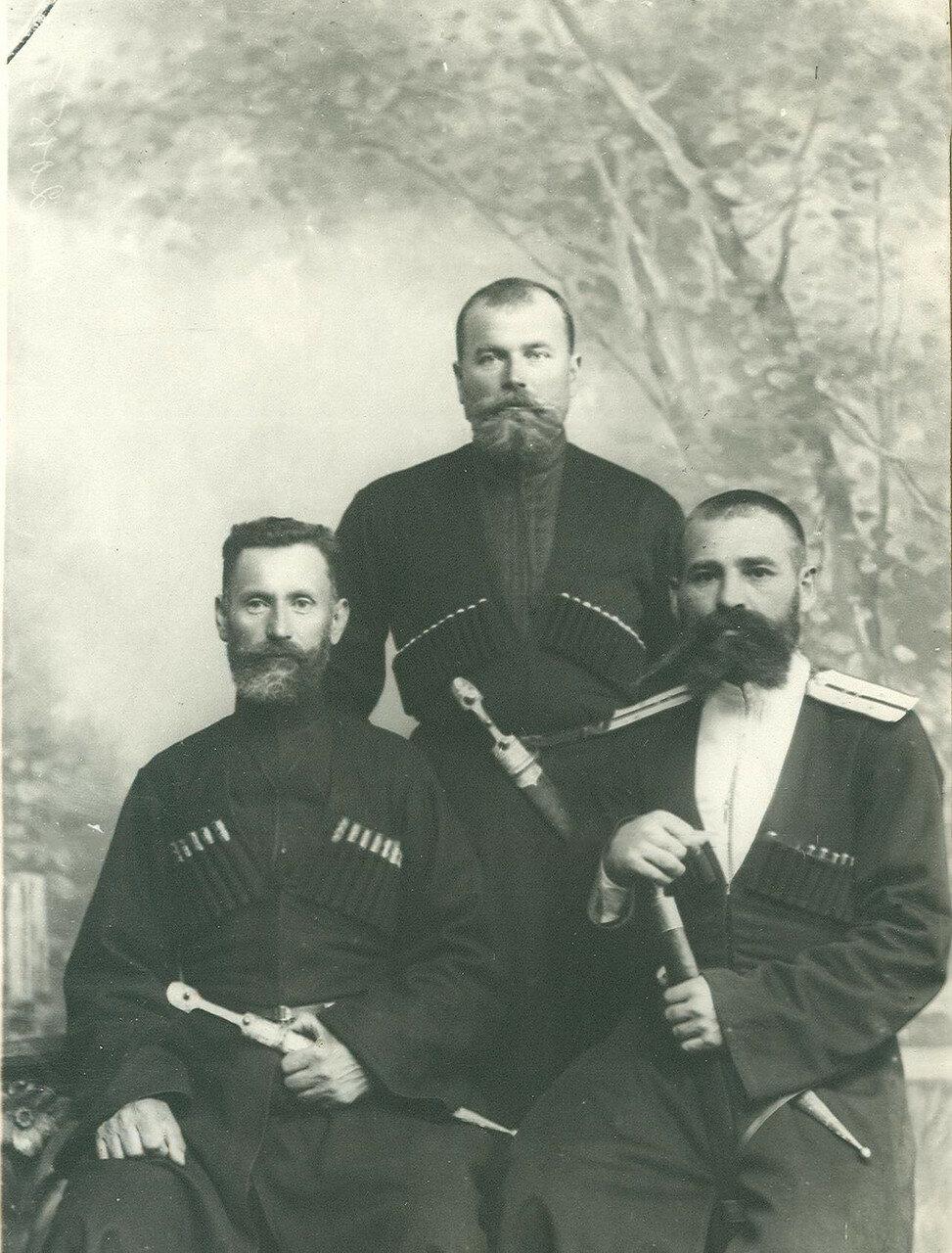 Группа депутатов Второй Государственной думы от Кубанской области. 1-й слева П.Г.Кудрявцев, 3-й К.Л.Барджи