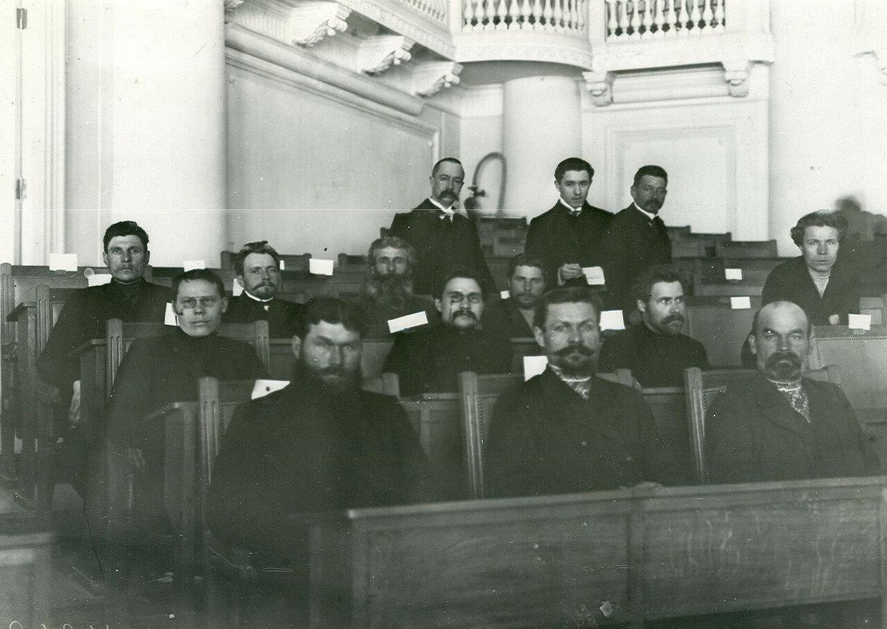 Группа депутатов Второй Государственной Думы от Саратовской губернии в зале Таврического дворца (в центре - депутат Аники П.А.)