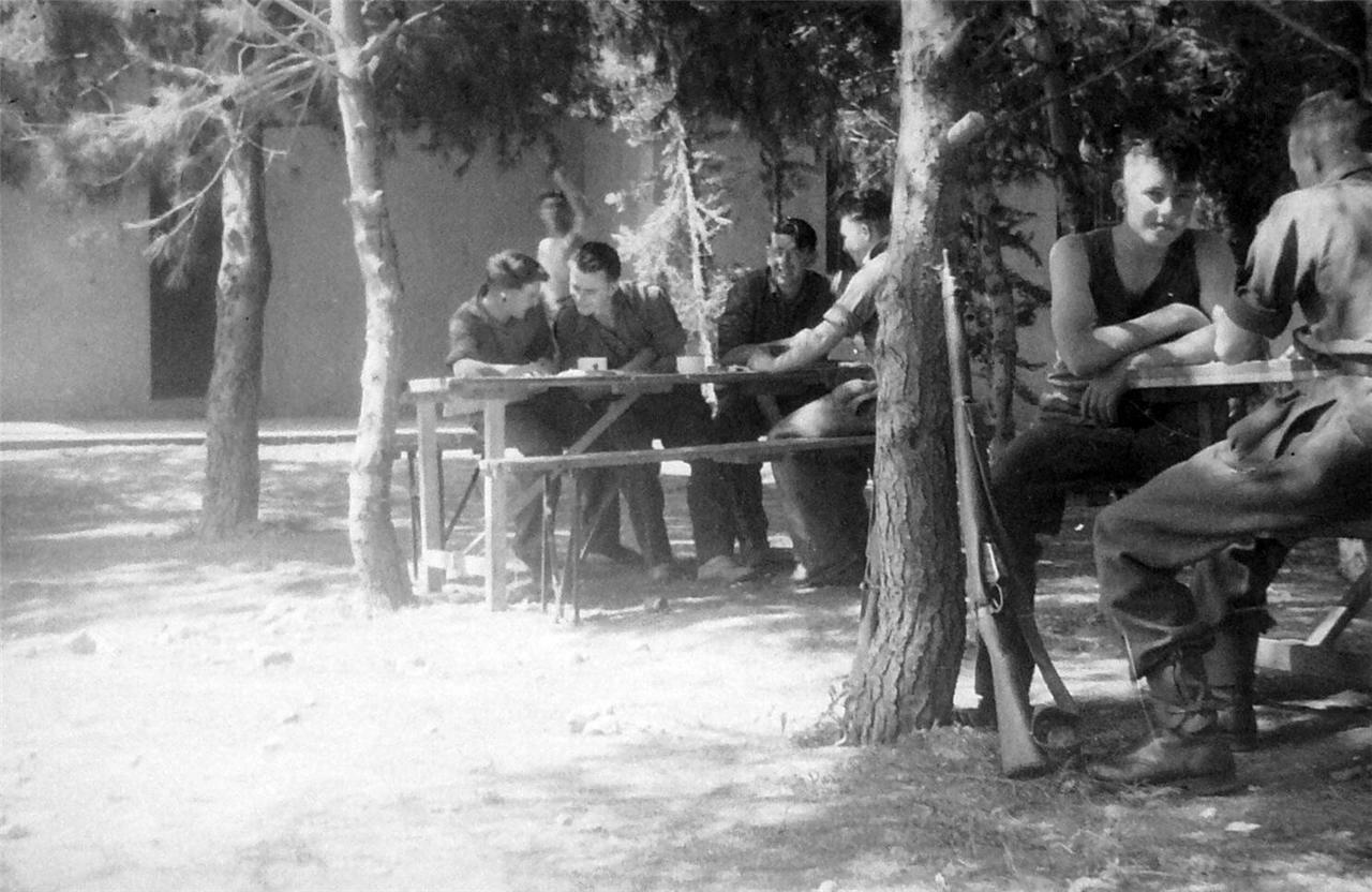 1948. Петах-Тиква, британские военные