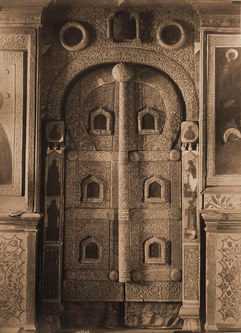 Вид на царские деревянные резные врата в приделе церкви Ильи Пророка