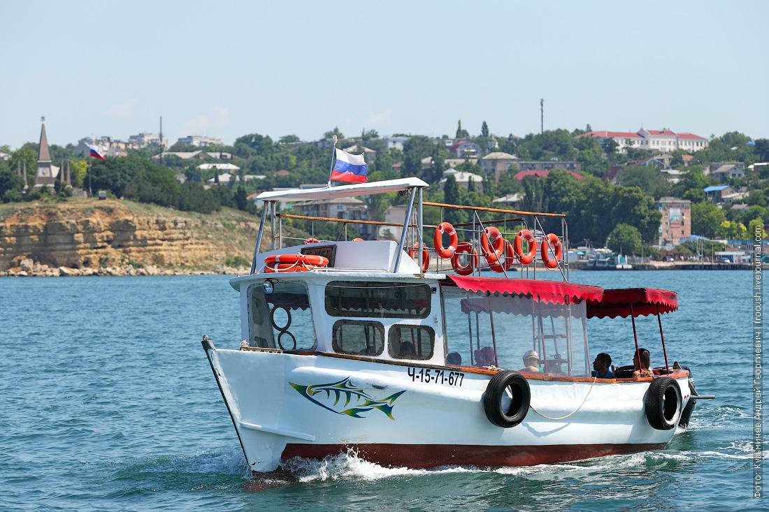 экскурсионный катер в Севастопольской бухте