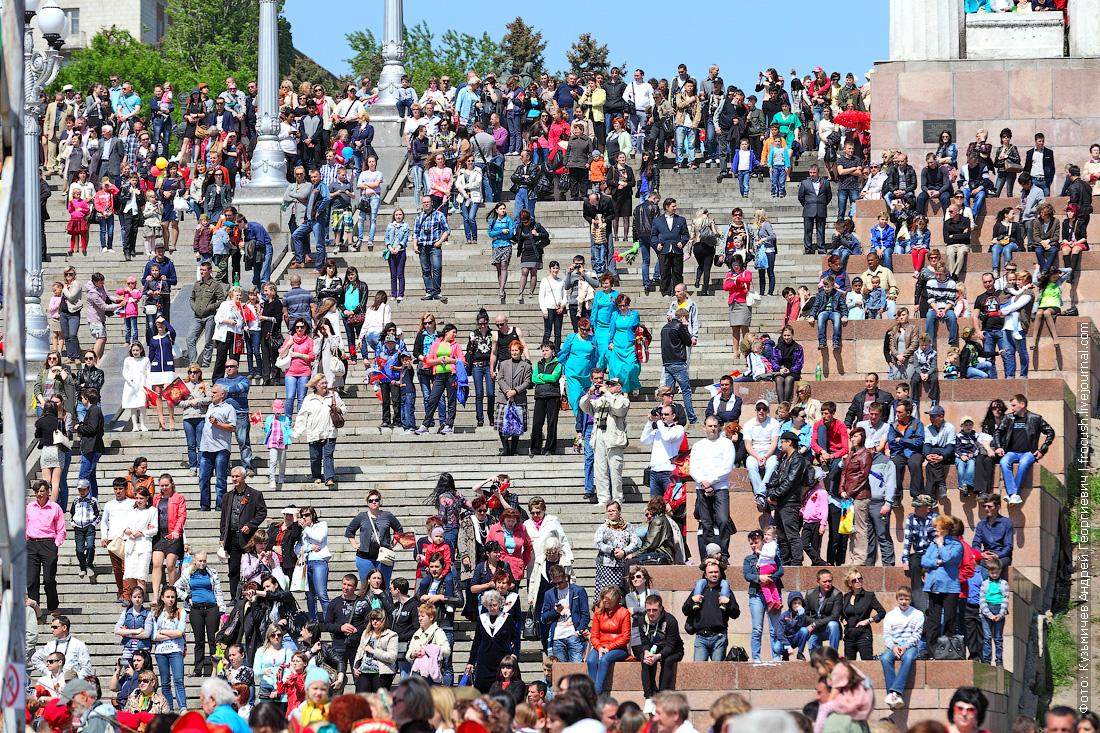 толпа зрителей на центральной лестнице набережной в Волгограде