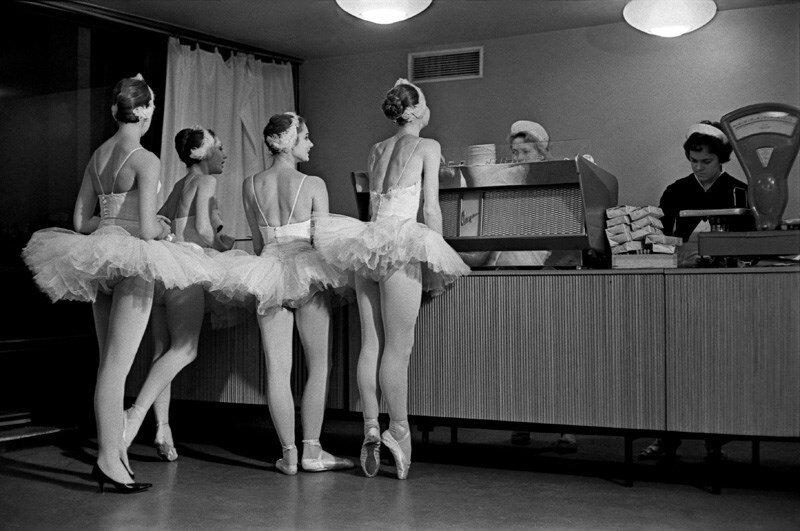 Артистки балета Большого театра СССР в буфете Кремлевского Дворца съездов. 1963 год. Фото: Евгений Умнов
