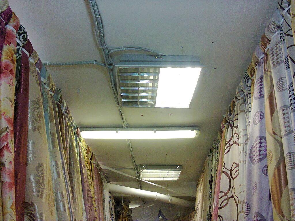 Попытка использовать встраиваемые в «Армстронг» светильники в качестве накладных. Магазин тканей в Апраксином дворе (Центральный район Санкт-Петербурга), июнь 2014 года.