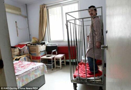 В Китае мать более 40 лет держит своего сына в клетке