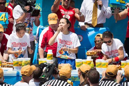 Пятидесятикилограммовая американка победила в соревновании по поеданию хот-догов