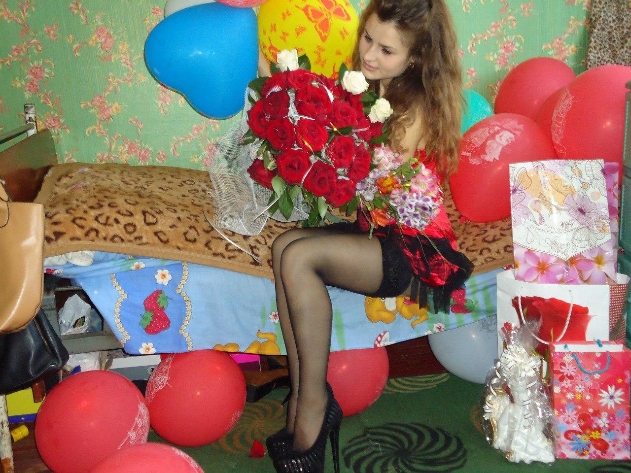 Праздничная девушка с большим букетом роз