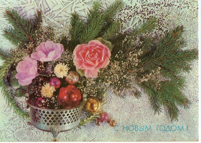 Цветы у новогодней ветки. С Новым годом!
