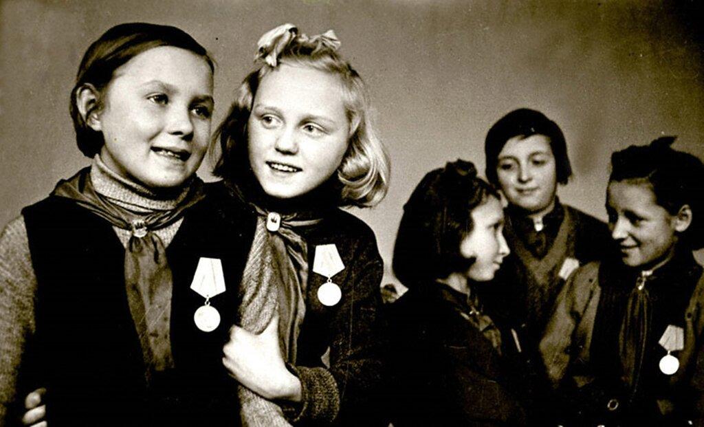 Отличницы 4-го класса 47-й школы г.Ленинграда, награжденные медалями «За оборону Ленинграда».  Ноябрь 1943 г.