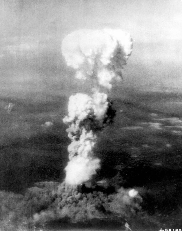 14. Ядерный гриб от взрыва первой атомной бомбы в Хиросиме 5 августа 1945. В бомбардировке участвова