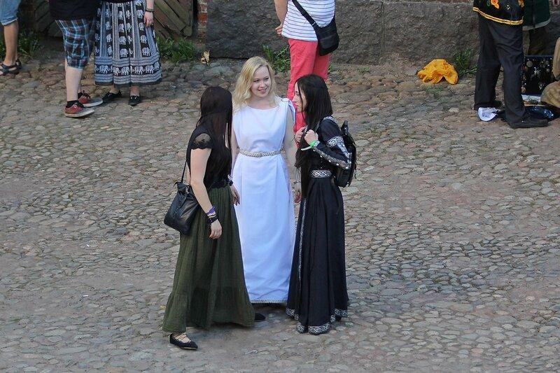 три девушки на фестивале «Майское дерево 2014»