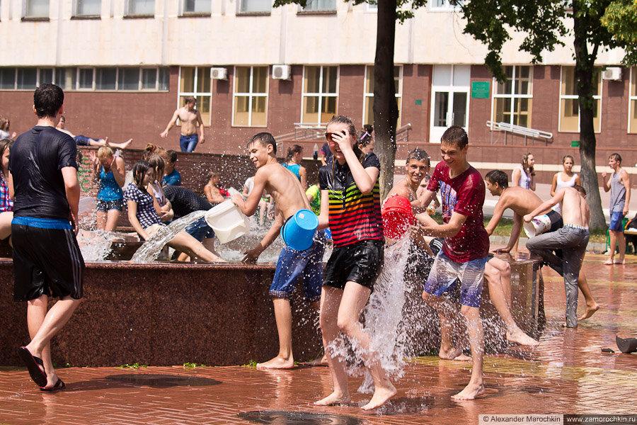 Участники водного батла поливают друг друга водой