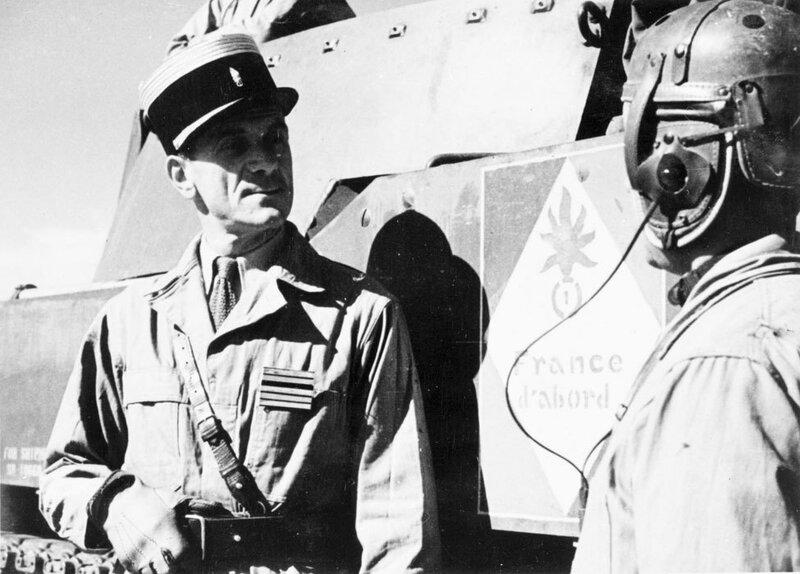 Prise d'armes, défilé et manoeuvre du 1er REC (Régiment Etranger de Cavalerie) près de la forêt de la Mamora au Maroc.