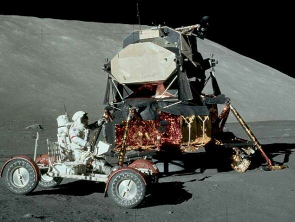 Американский луноход экспедиции Аполлон-17 ездит по серой Луне. Фото: НАСА