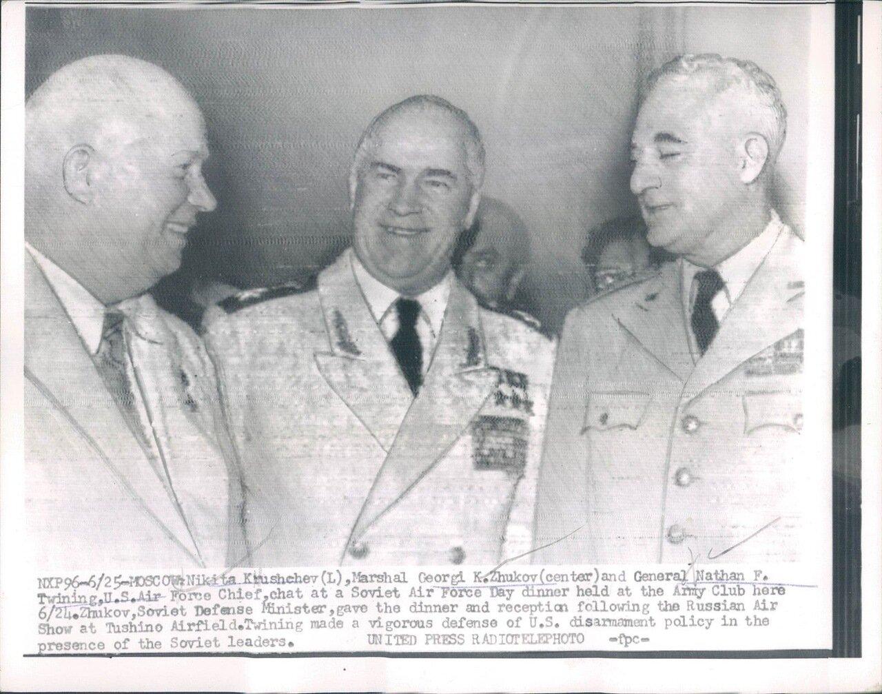 1956. Никита Хрущев, маршал Георгий Жуков и генерал Натан Твининг на обеде в честь дня Воздушного Флота СССР